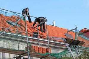 Dachdecker führen eine Dachsanierung durch